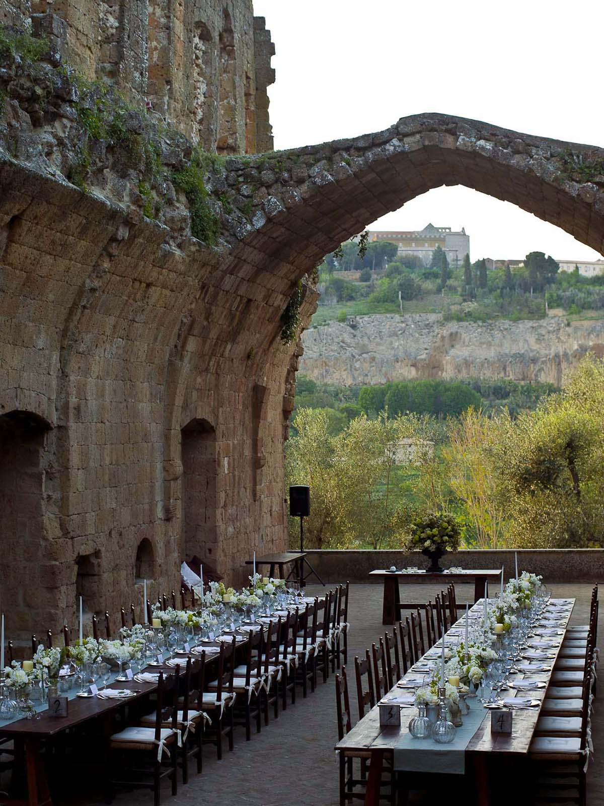 tuscany-monastery-wedding-outside-with-long-tables-and-light-blue-runners