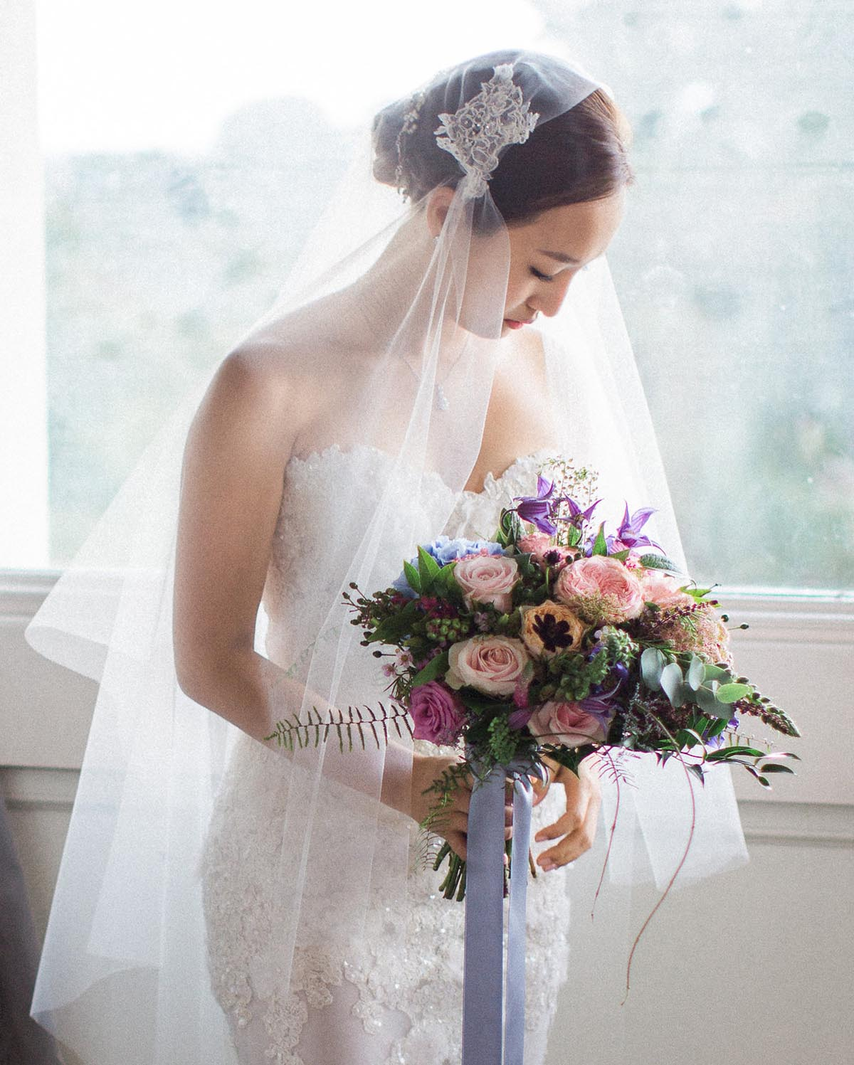 Korean bride-with-circle-veil-and-strapless-lace-dress-with-bouquet
