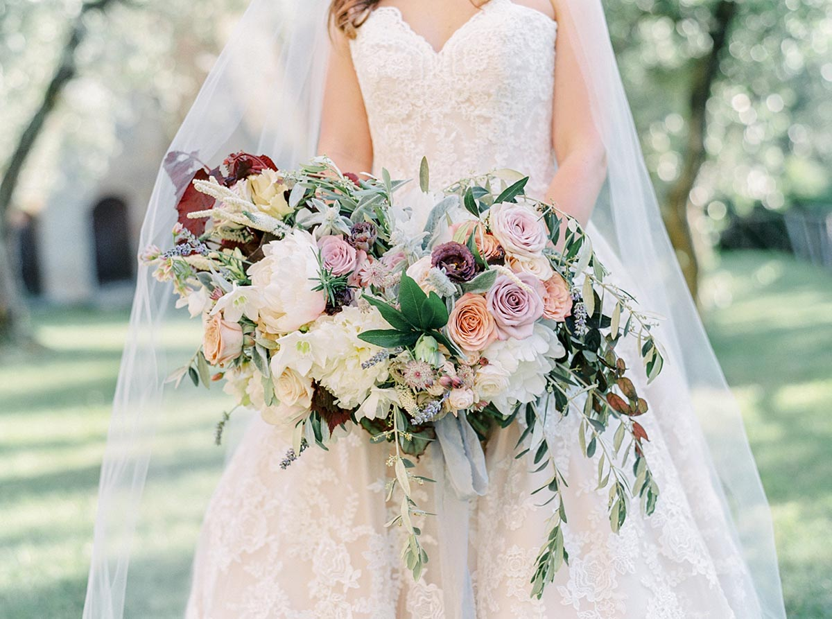 bridal-bouquet-with-natural-colored-flowers