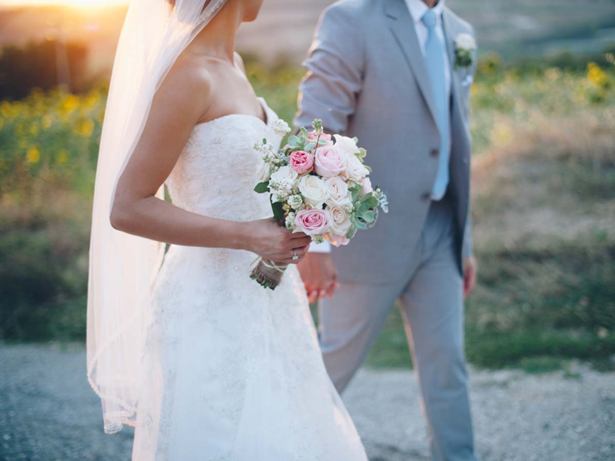 Umbria-wedding-couple-in-field