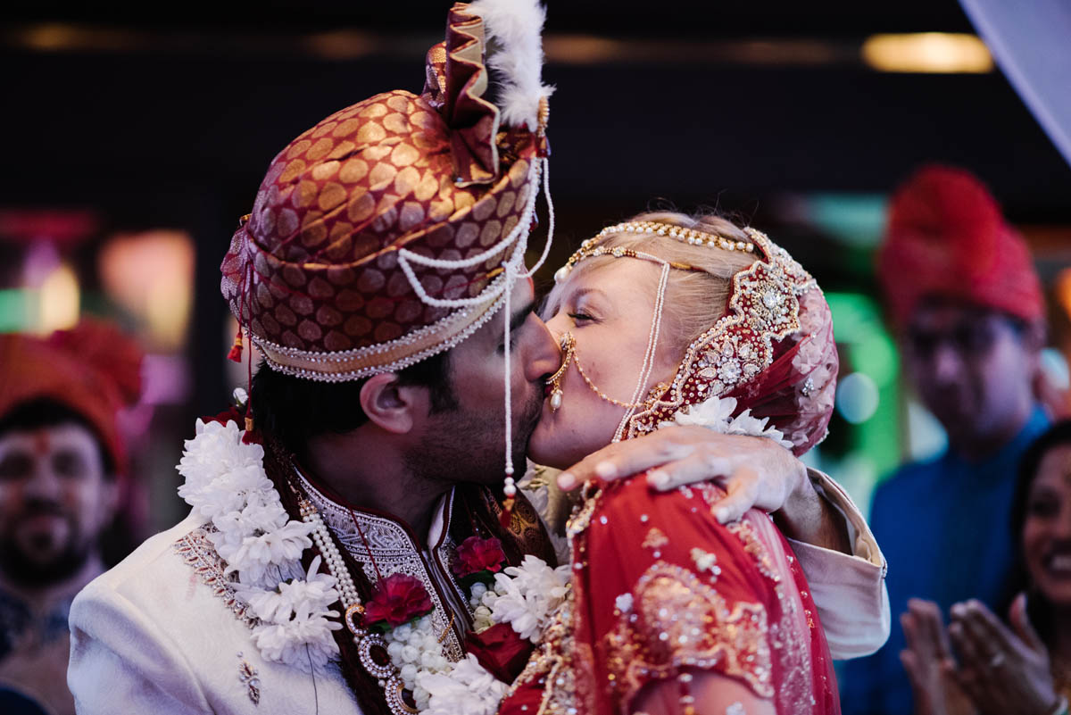 couple-kissing-at-a-hindu-american-wedding-in-tuscany