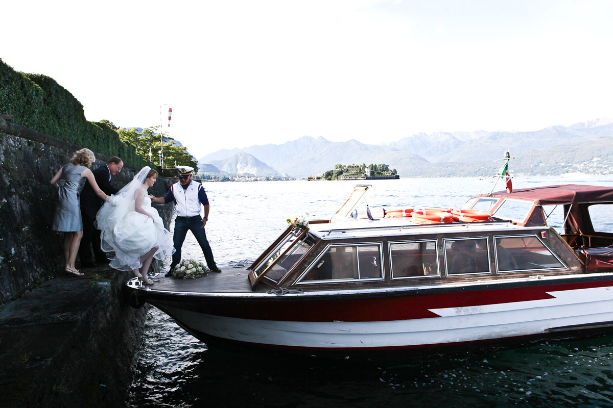bride-in-boat-on-lake-como-going-to-ceremony